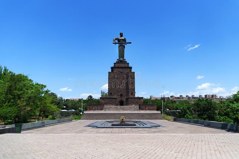 Enfantez la statue de l'Arm?nie en Victory Park, Erevan, Arm?nie La statue de l'Arm?nie de m?re symbolise la paix par la force photographie stock libre de droits