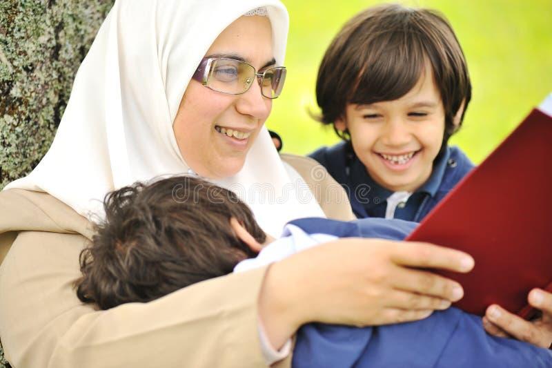 Enfantez les musulmans et son fils dans la nature photographie stock libre de droits