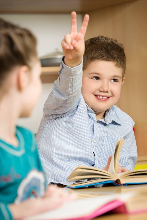 Enfants à l'école image stock