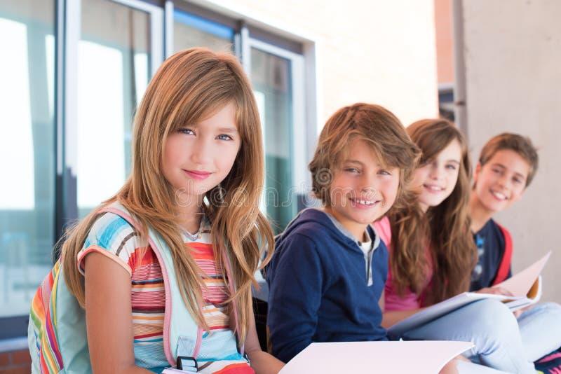 Enfants à l'école photographie stock libre de droits
