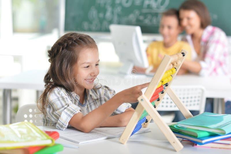 Enfants à l'école dans la salle de classe photos stock