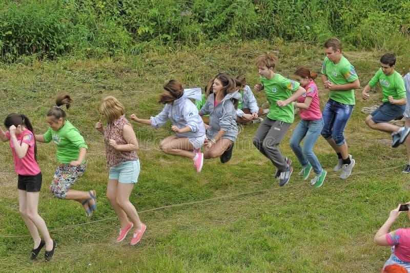 Enfants à la corde à sauter photographie stock
