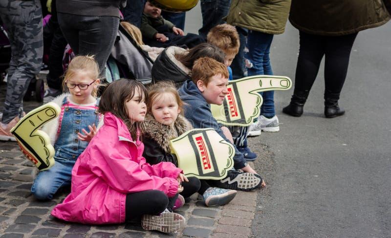 Enfants à la finition cérémonieuse de rassemblement photos stock