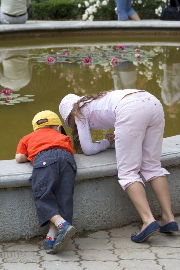 Enfants à la fontaine d'eau images stock