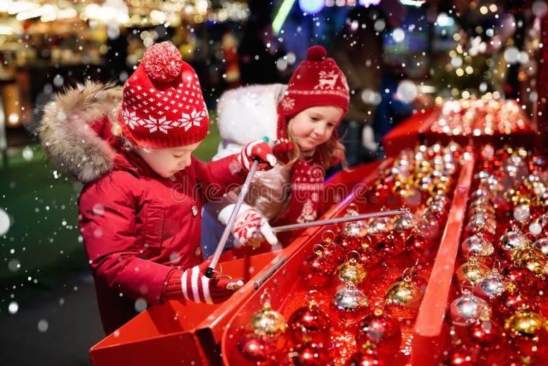 Enfants à Noël juste Cadeaux de achat de Noël d'enfants image libre de droits