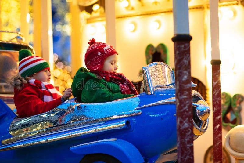 Enfants à Noël juste Enfant au marché traditionnel de Noël de rue en Allemagne Amusement extérieur d'hiver  image libre de droits