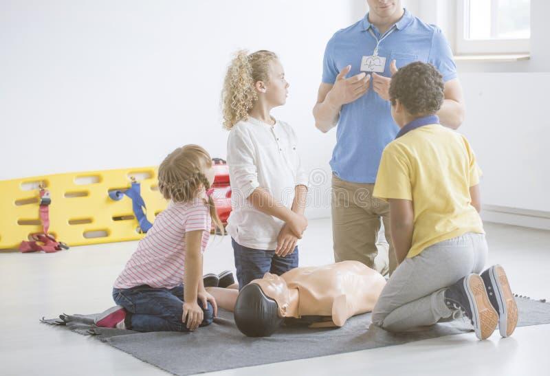 Enfants écoutant l'infirmier images stock