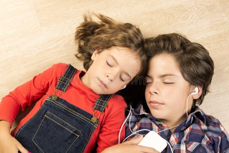 Enfants écoutant la musique photographie stock libre de droits