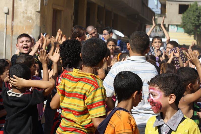 Enfants égyptiens heureux jouant à l'événement de charité à Gizeh, Egypte photographie stock libre de droits