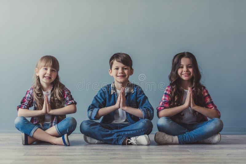 Enfants élégants heureux photos stock