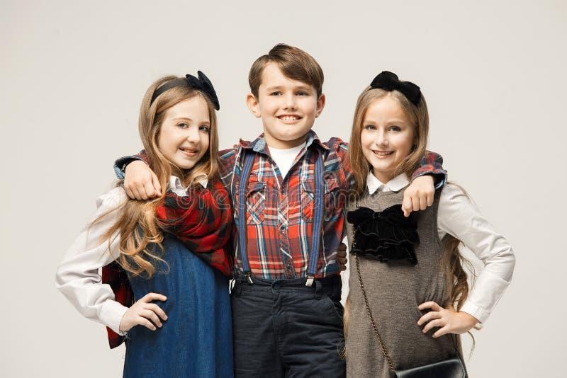 Enfants élégants mignons sur le fond blanc de studio image stock
