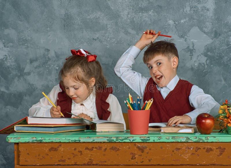 Enfants émotifs élémentaires d'école photos stock