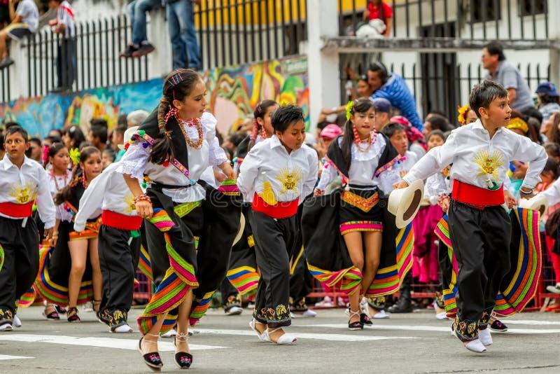 Enfants équatoriens dans des costumes colorés traditionnels photos libres de droits