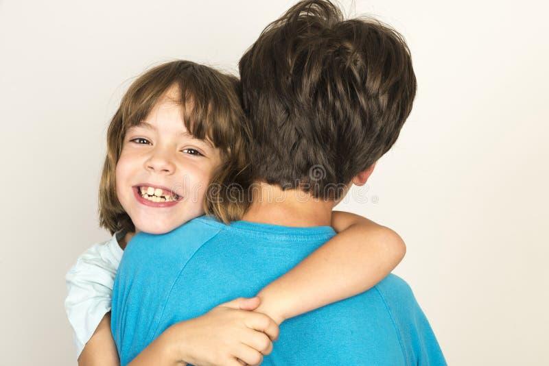 Enfants étreignant et souriant image stock