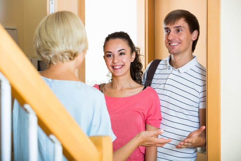 Enfants adultes de salutation supérieure gaie de femme venant avec la visite photo stock