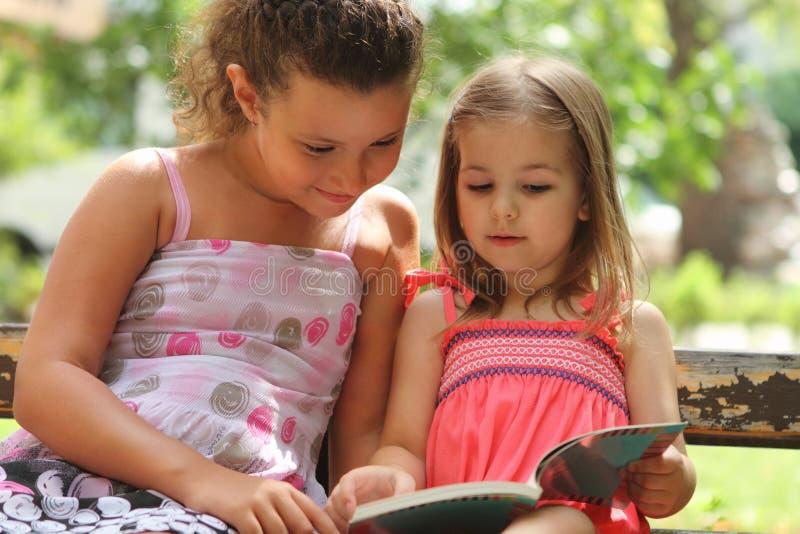 Enfants affichant le livre image libre de droits