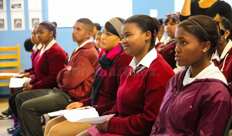 Enfants africains et professeur de lycée dans la leçon de salle de classe images libres de droits