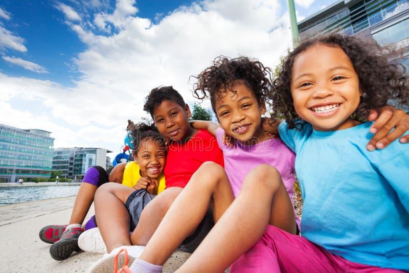 Enfants africains mignons ayant l'amusement ensemble dehors images stock
