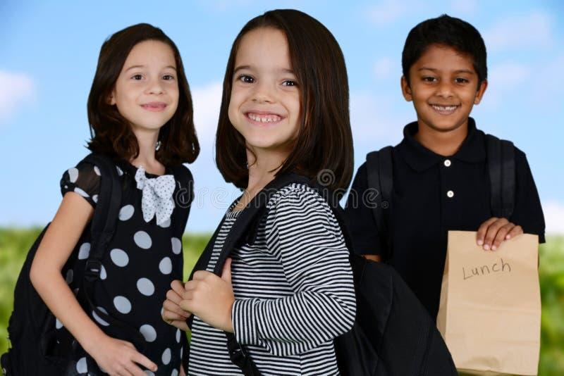 Enfants allant à l'école photographie stock libre de droits