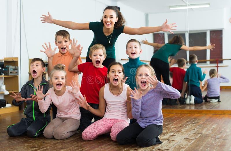 Enfants amicaux dans le studio de danse ayant l'amusement images stock