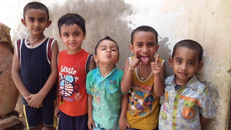 Enfants appréciant ensemble photos libres de droits