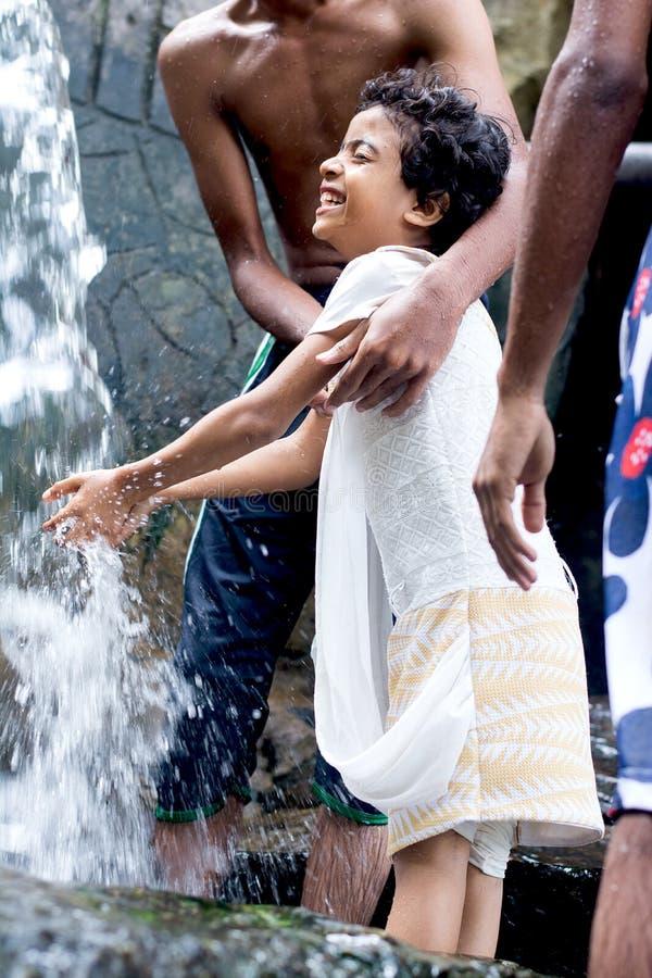Enfants appréciant et ayant l'amusement avec la cascade de Ravana, Sri Lanka images stock