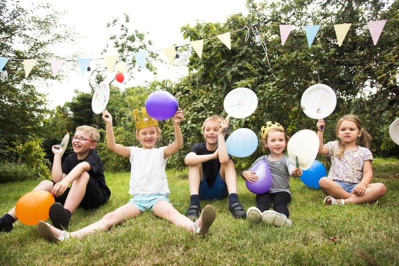 Enfants appréciant la partie dans le jardin photos libres de droits