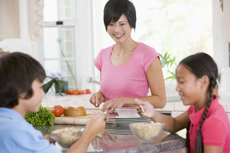 Enfants appréciant le déjeuner image libre de droits