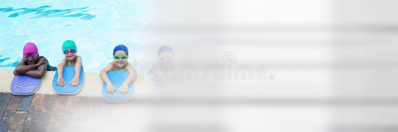 Enfants apprenant à nager dans la piscine avec la transition photographie stock