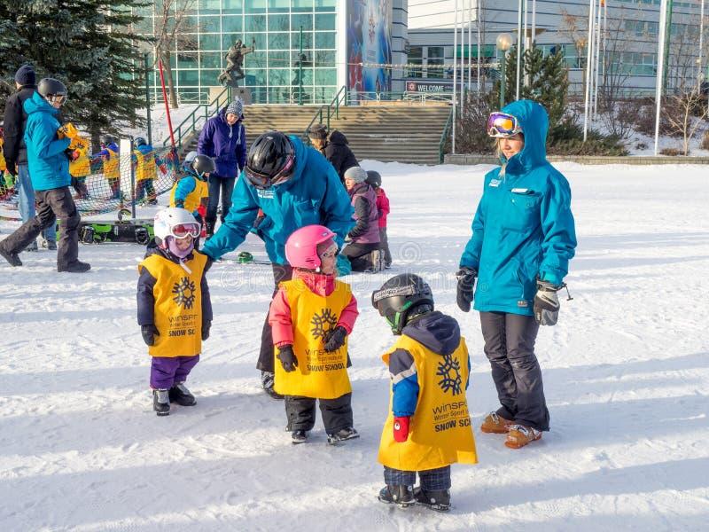 Enfants apprenant à skier au parc olympique de Canada photographie stock