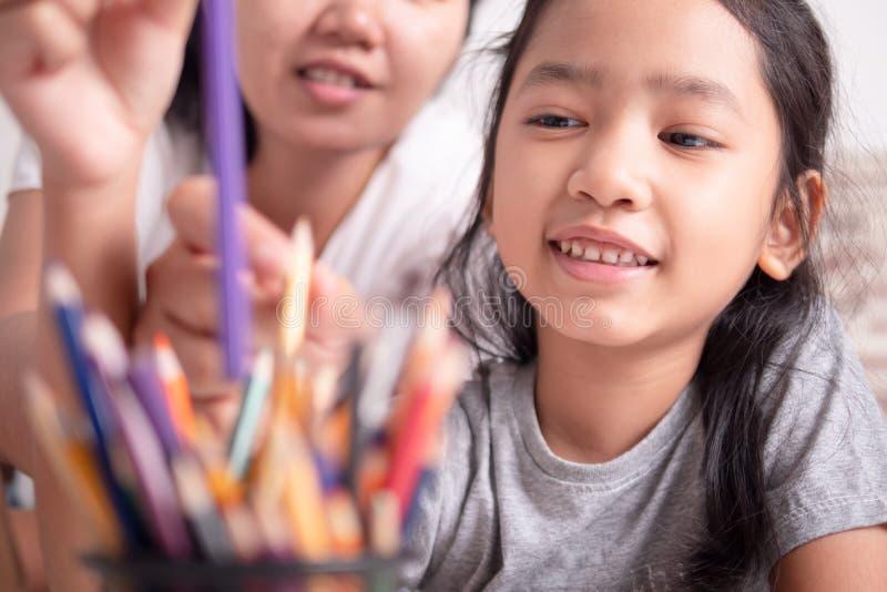 Enfants apprenant avec le parent image libre de droits