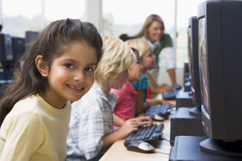 Enfants apprenant comment utiliser des ordinateurs. photo libre de droits