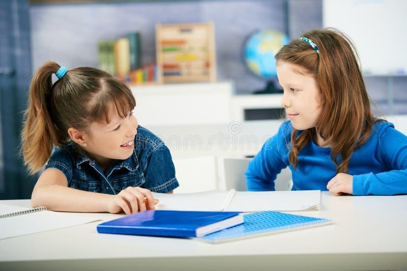 Enfants apprenant dans la salle de classe image libre de droits