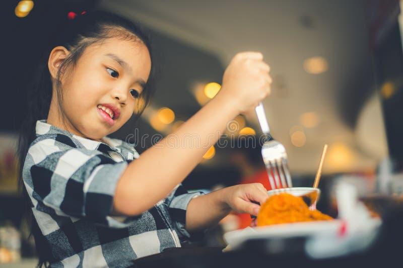 Enfants asiatiques mangeant Fried Chicken Food Court photos stock