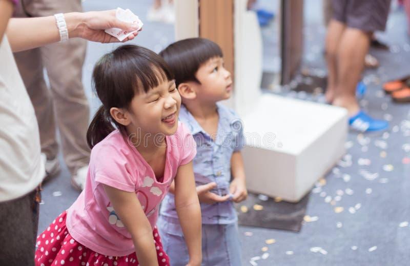 Enfants asiatiques riant dans le magasin photos libres de droits