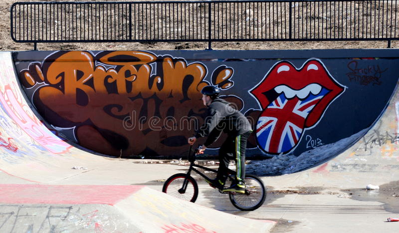 Enfants au parc de vélo faisant des cascades photographie stock