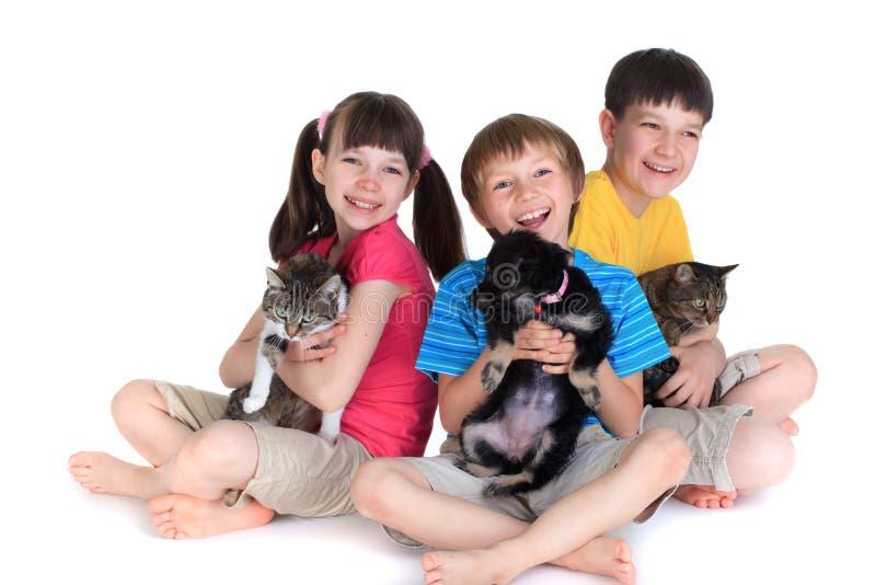 Enfants avec des animaux familiers image libre de droits
