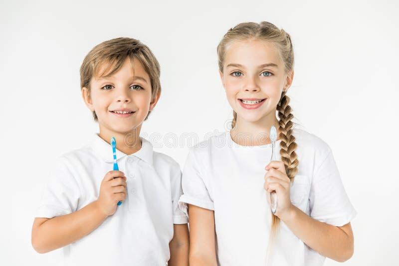Enfants avec des brosses à dents photo stock