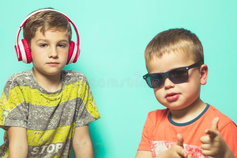 Enfants avec des casques et des lunettes de soleil de musique image stock