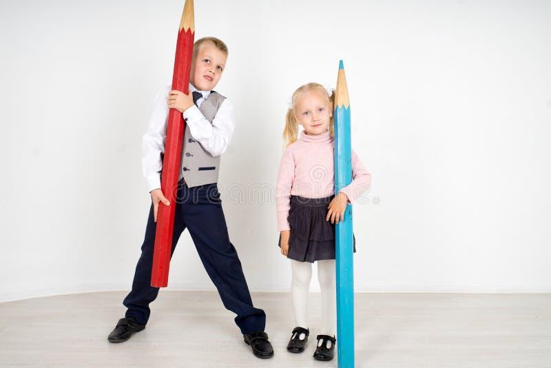 Enfants avec des crayons photo stock