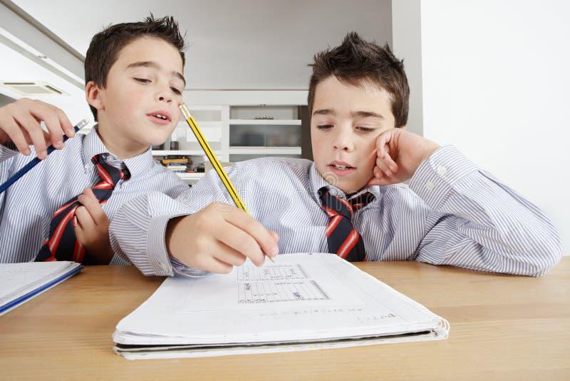 Enfants avec des devoirs à la maison photos stock