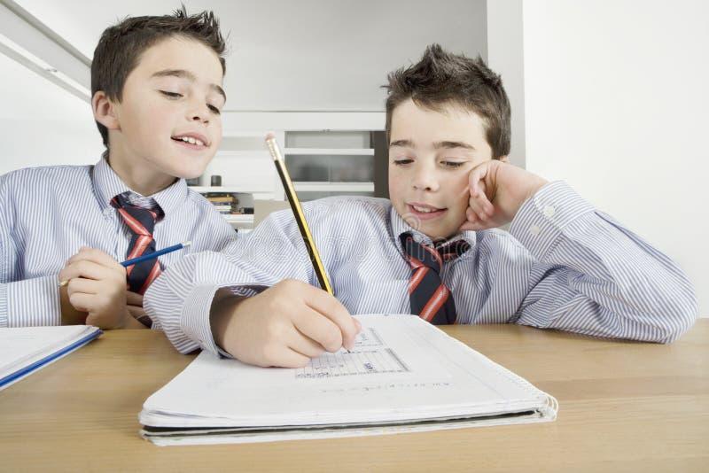 Enfants avec des devoirs à la maison photographie stock libre de droits