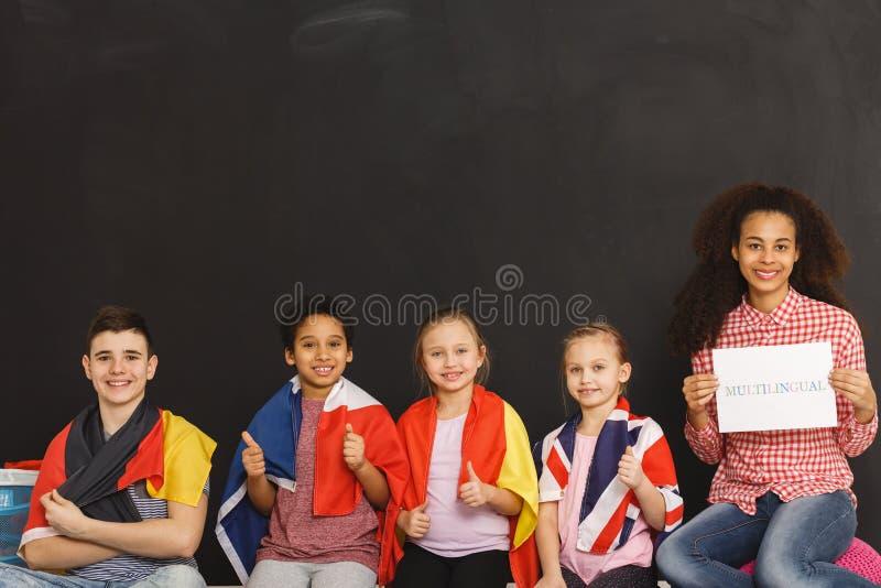 Enfants avec des drapeaux photos stock