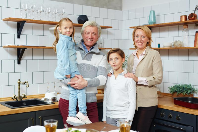 Enfants avec des grands-parents image stock