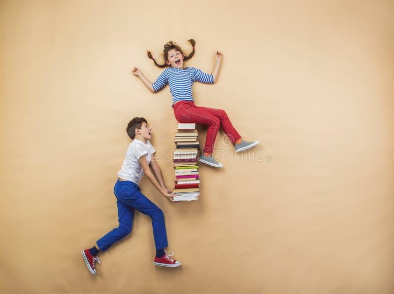 Enfants avec des livres photos libres de droits