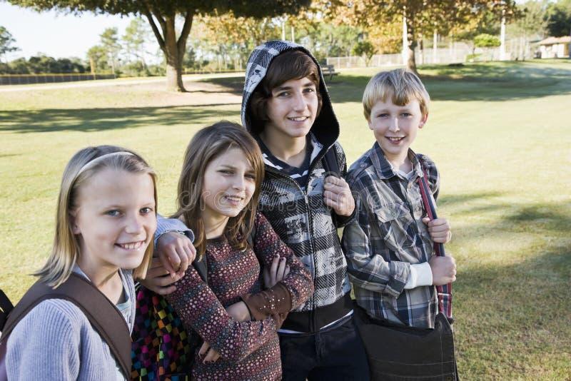Enfants avec des sacs à dos d'école image libre de droits
