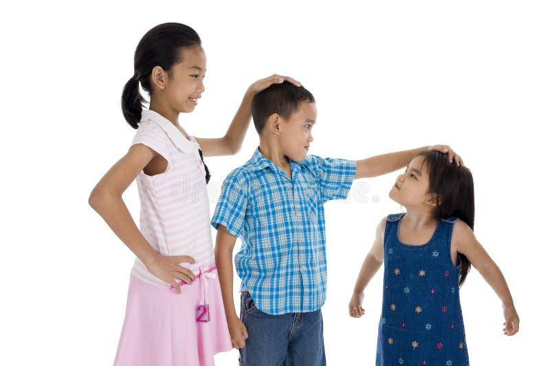 Enfants avec différentes tailles photos libres de droits