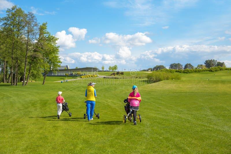 Enfants avec l'entraîneur au golf photo stock