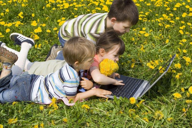 Enfants avec l'ordinateur portatif image libre de droits
