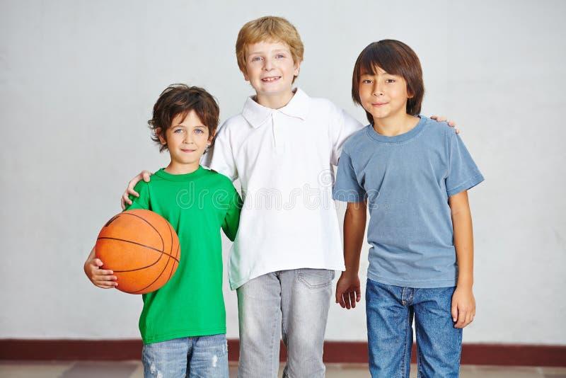 Enfants avec la boule à l'école photos libres de droits